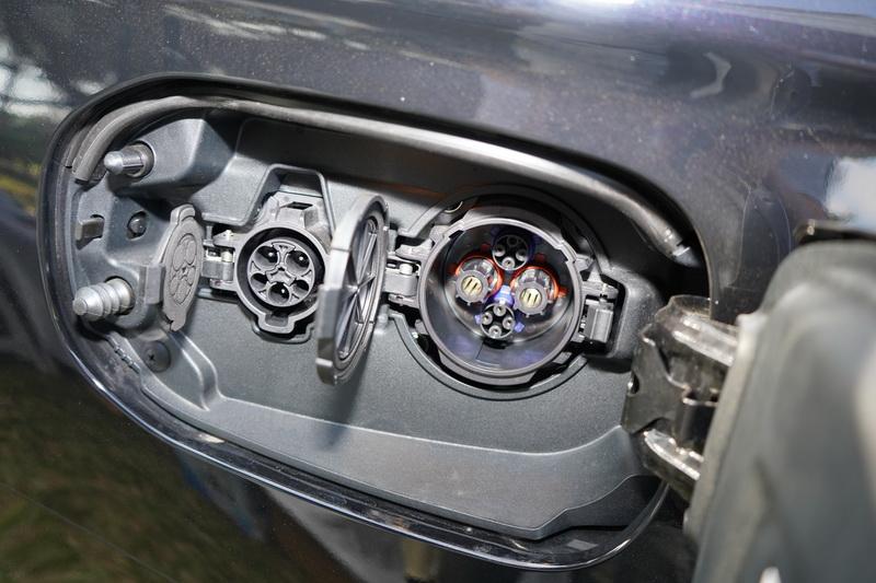 PHEV車型的車側有一組電源的輸出接口