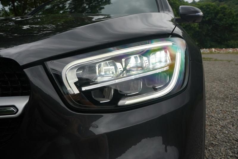頭燈採用與小改款C-Class相同的雙層式設計,創造出更強烈的科技感與辨識度