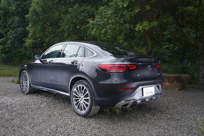 Coupe版的斜背式車尾造型在視覺上也更具跑格感受