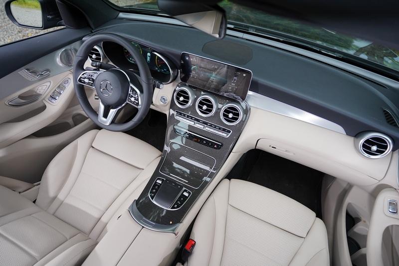 小改款的內裝在架構上與改款前沒有太大區別,但最大不同是將駕駛儀表全面數位化