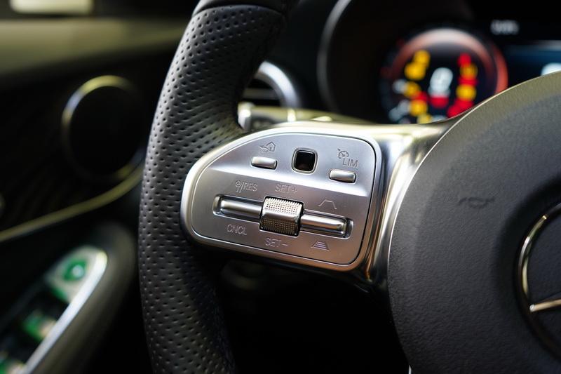 全新方向盤將智慧駕駛輔助套件的操作按鍵與控制螢幕的滑鼠功能一併附上