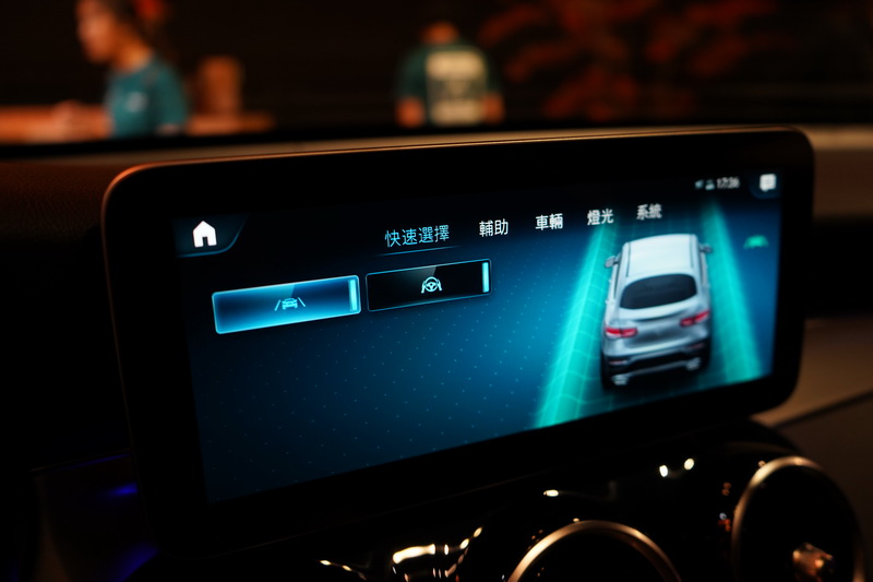 列為標配的23P智慧駕駛輔助套件,其車道偏移輔助與方向盤控制設計在中控螢幕內
