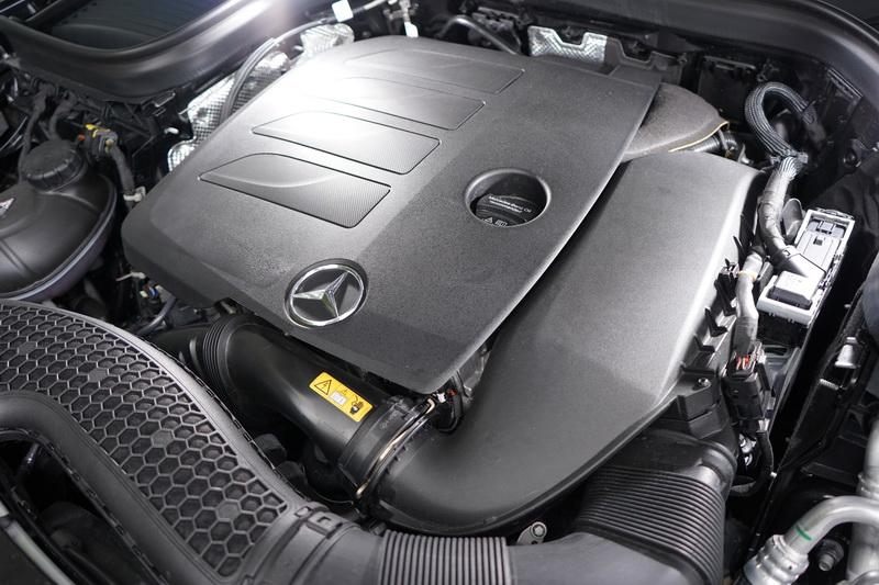 小改款GLC 300搭載代號M264全新直列4缸渦輪增壓引擎,並具備48V EQ Boost輕型複合動力技術