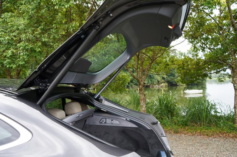 斜背式車頂帥歸帥,不過置物高度與後座頭部空間會有所限制
