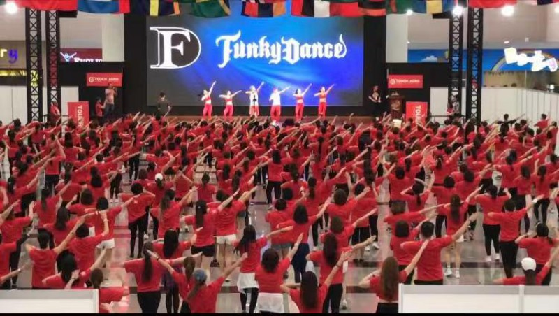 馬來西亞場地湧進滿滿的500人,所有人一同起舞場面十分壯觀。