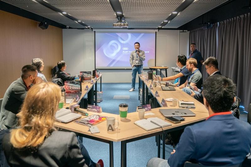 新創團隊於AIA加速反饋工作坊分享自身遭遇的難題,導師團根據自身經驗及市場觀察來提出最適當的解決方案,幫助新創尋找最合適的商業模式。