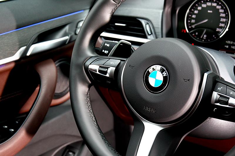 M款方向盤為標準配備,sDrive20i車型則有多換檔撥片。