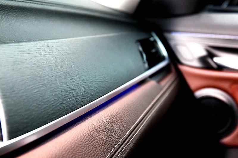 質感出眾的Dakota真皮與Fine-wood橡木紋飾板皆為選配項目。