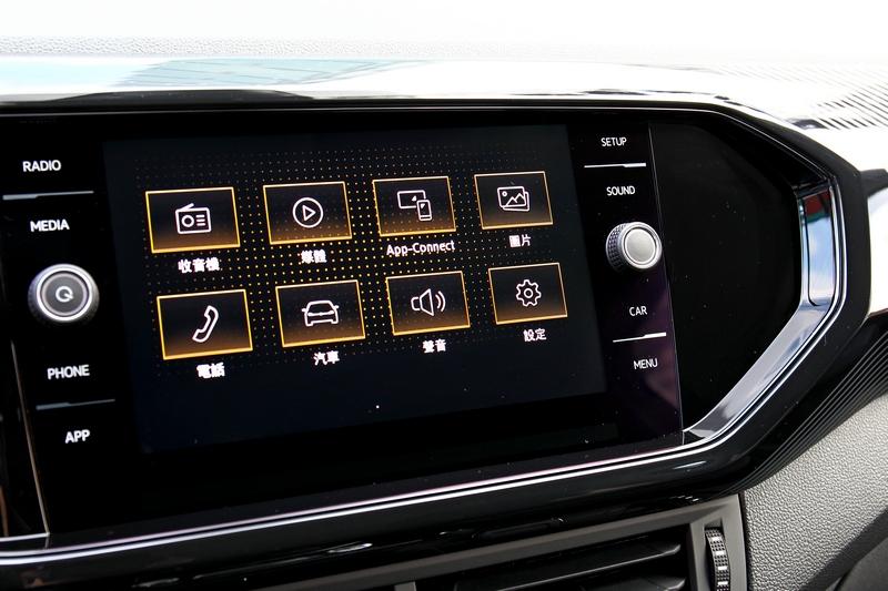 Life車型以上標配Composition Media 8吋多媒體鏡面觸控主機。