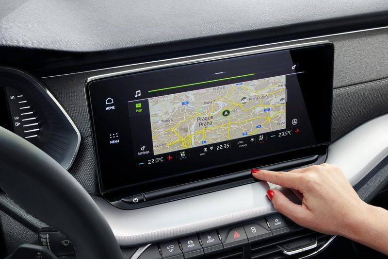 中控系統採讀力配置,並依等級提供8.2與10吋規格。