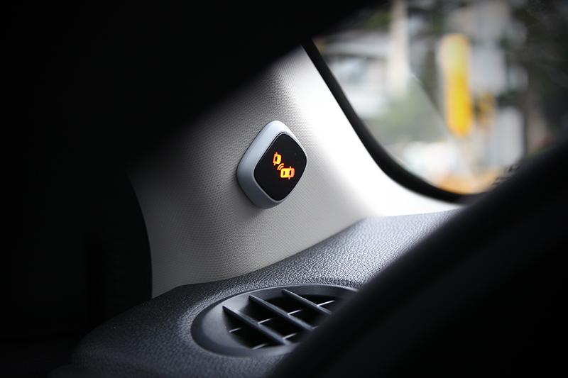 在時速十公里以上當後視鏡的視覺盲區有車輛經過,BSI盲點偵測警示系統即能迅速閃爍同側A柱上的警示燈提出警告。