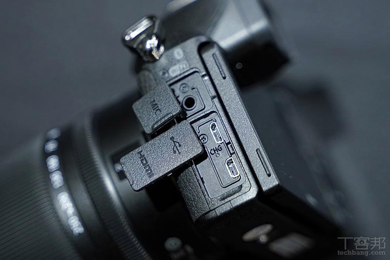 支援機身充電功能(可惜是 micro USB),具備 3.5mm 麥克風孔,但不具備監聽埠。
