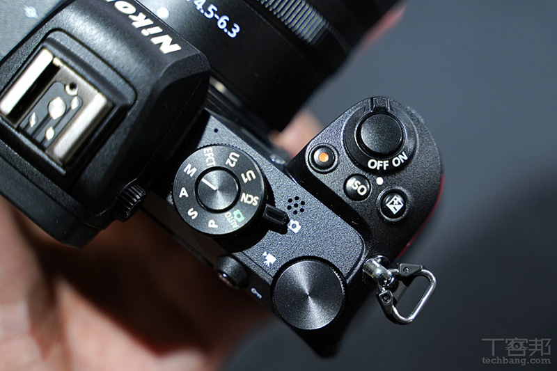 在模式轉盤下方直接改為拍照與錄影模式的切換撥桿。