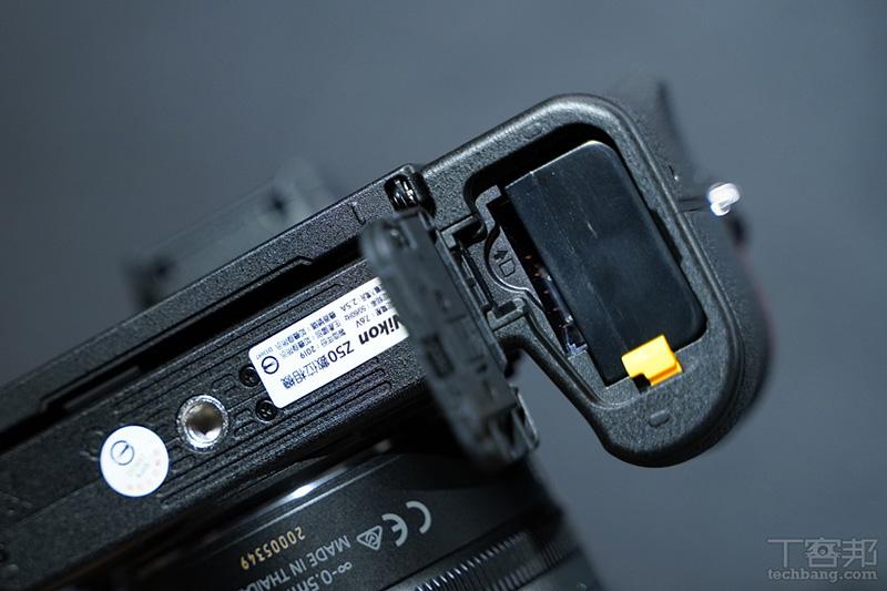 電池與記憶卡槽,Nikon Z50 採用 SD 記憶卡而非 XQD 卡。