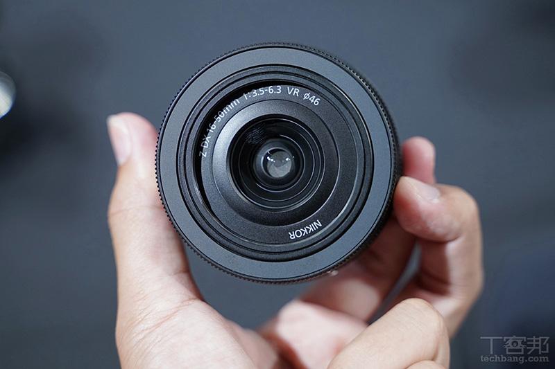 口徑僅只有 46mm,很不錯的是具備 VR 光學防震,但可惜望遠端光圈僅只有 F6.3。