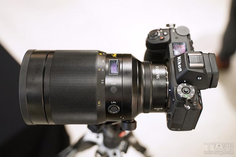 Nikon Z 58mm F0.95 氣勢驚人,在發表會現場直接架在腳架上供現場媒體體驗。