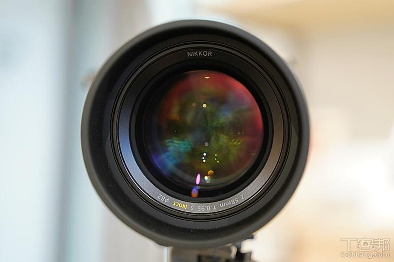 口徑是驚人的 82mm,同時原廠也為這顆鏡頭打造了金屬遮光罩。