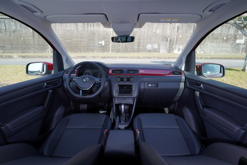 傳奇版的內裝鋪陳採用2020年式車型的配置