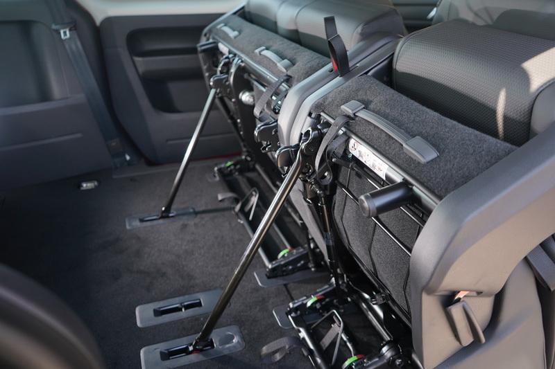 第二排座椅向前翻摺後,下方還有固定桿可扣住底板使其更為穩固