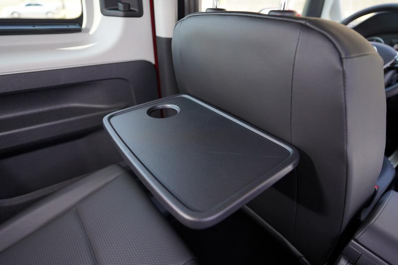 前座的後椅背上還附有可折疊的小餐桌設計