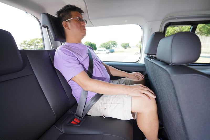 第三排即便坐進標準成人,其頭部與膝部空間仍有一定水準