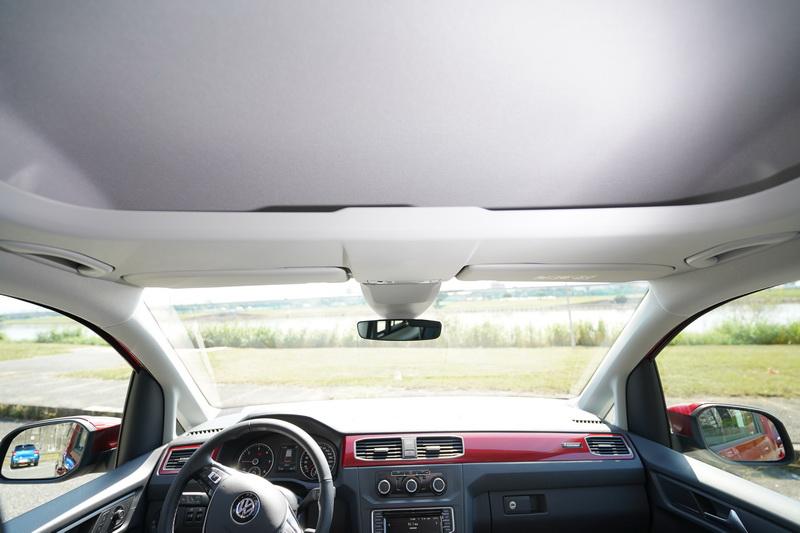 車頂上方還設計有額外的置物空間,儲物的機能性可說是相當豐富