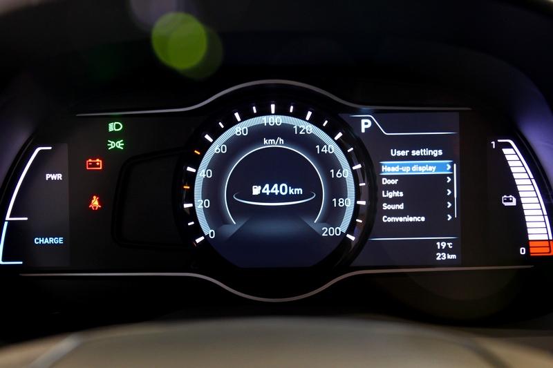 儀表除基本資訊外最重要也有電量與行駛里程等資訊。
