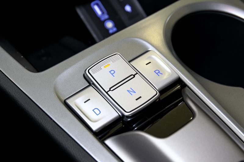 因應電動車未來感,Kona Electric排檔採按鈕式設計。