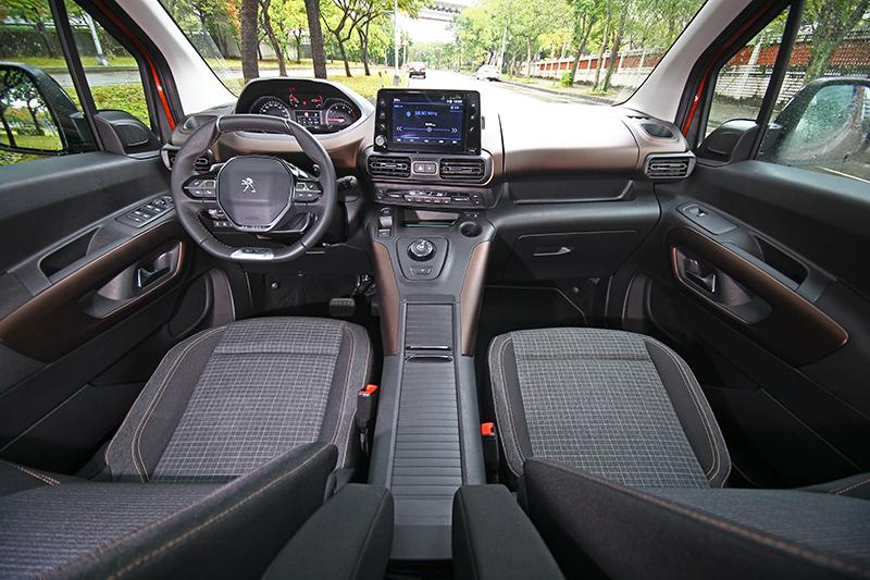GT-Line車型配的是金棕色座艙鋪陳,搭配棋盤格織布座椅,那氛圍說有多好就有多好。
