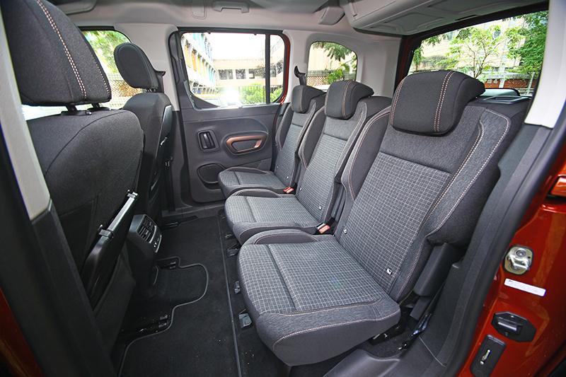 第二排三張獨立座椅為頂規GT-Line專屬,其他車型則為6/4分離樣式,若想升級三座需加價兩萬元大洋。