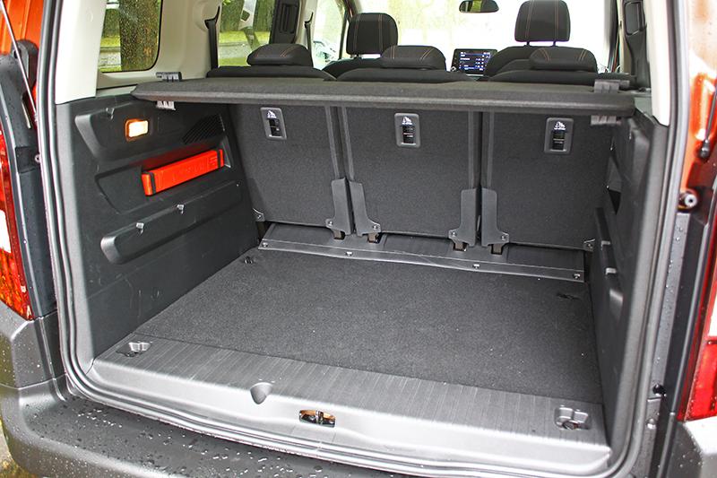 單單一般狀態下行李廂便有775升容積,後座全倒後更可擴延至3000升之譜。
