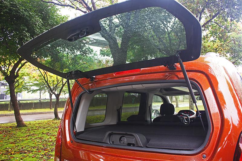 Rifter也具備雙開啟模式尾門,搭配可自由升降的堅固隔板,取置物更加方便。