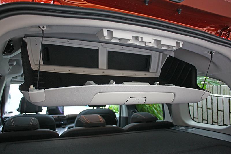 伸頭望向行李廂上緣,容積不小的吸頂式儲物箱可由前後分別以不同方式開啟之,後方是下掀式,前方則為抽屜式。