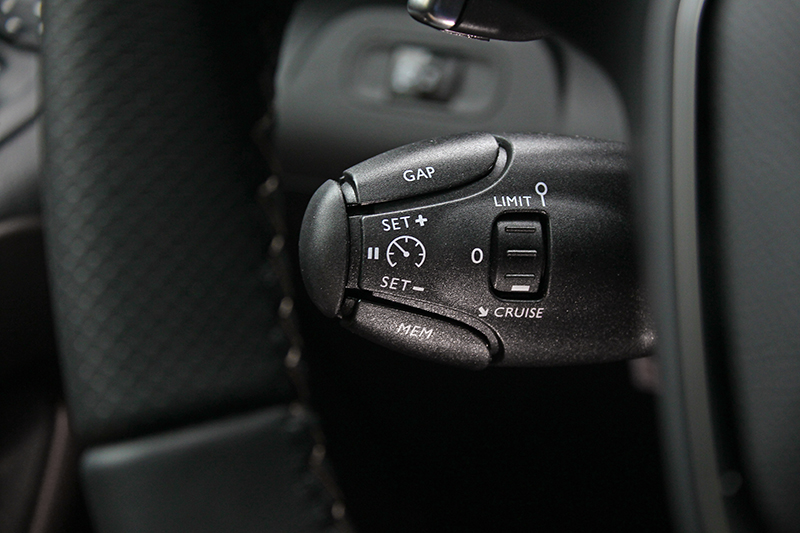 ACC主動式定速系統介面設置於方向盤後撥桿,而非如一般車位於方向盤控鍵上。