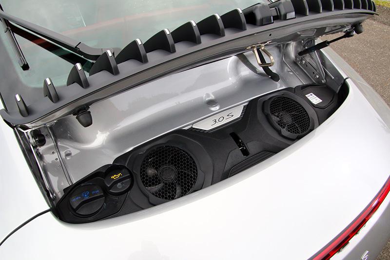 後置引擎配置與造型的限縮下,讓911進能在有限的機械空間內提升性能。