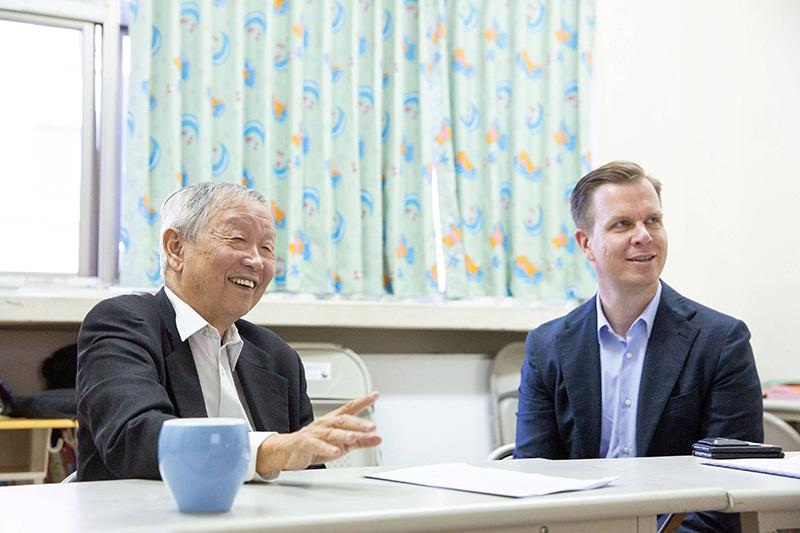 博幼基金會創辦人李家同教授(左)向台灣保時捷CEO Mathias Busse(右)介紹博幼理念與概況。