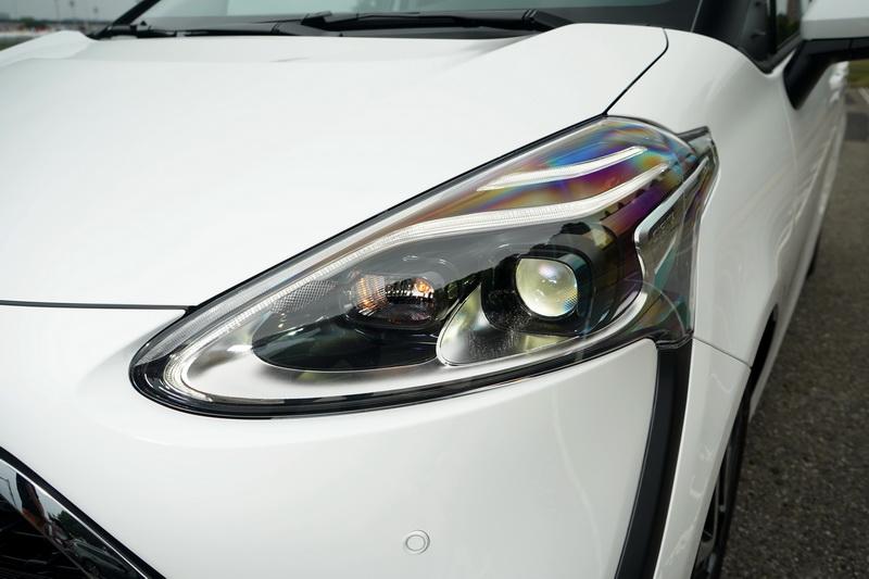 尊爵型相較其他車型在最上緣處多了道LED光條定位燈