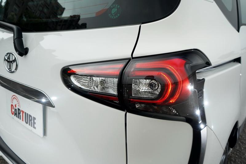 尊爵款導入有C型內收的LED光條設計,其餘車型僅有LED尾燈與煞車燈