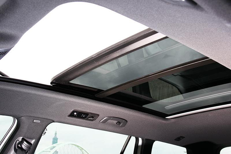 全景式玻璃天窗不論是照明或欣賞白雲星空都非常好用。