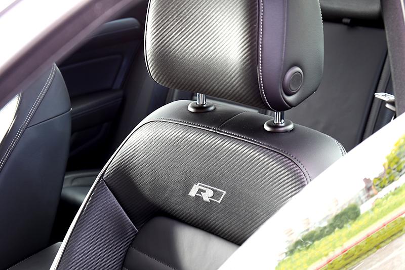 座椅升級成Nappa Carbon碳纖維紋真皮,駕駛座更有按摩功能。