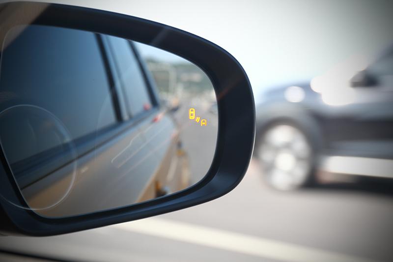 小改款VITARA也為車後裝上了雙眼!像是BSM車側盲點偵測系統便能有效偵測因後視鏡角度所帶來的盲點,變換車道更加安心。