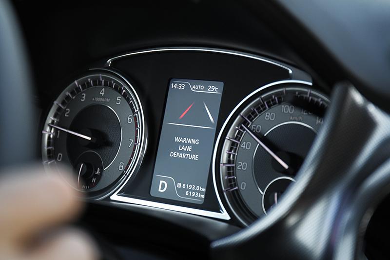 LDWS車道偏離警示系統可在60km/h以上嚴密監控車行動態,一旦左偏右移甚至碾壓車道分隔線,系統即以儀錶警告圖示與方向盤震動方式提醒駕駛者注意。