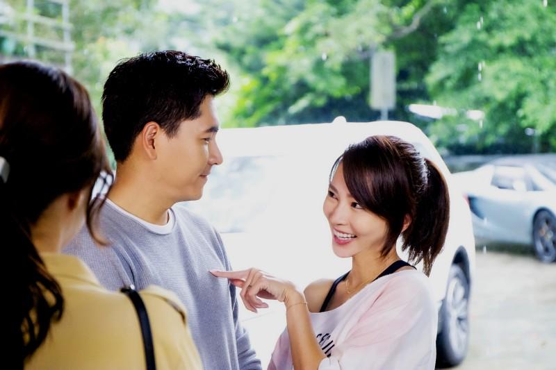高宇蓁(右)嬌嗔王傳一(中)「董ㄟ好久沒來!」