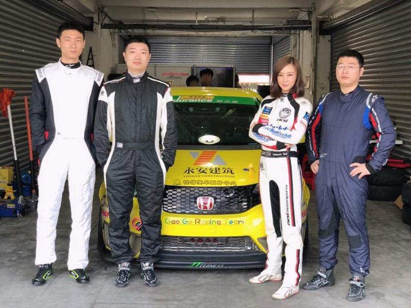 Iris艾莉絲(右二)日前赴珠海國際賽車場與三位湖南秩序車隊車手共同組隊參賽