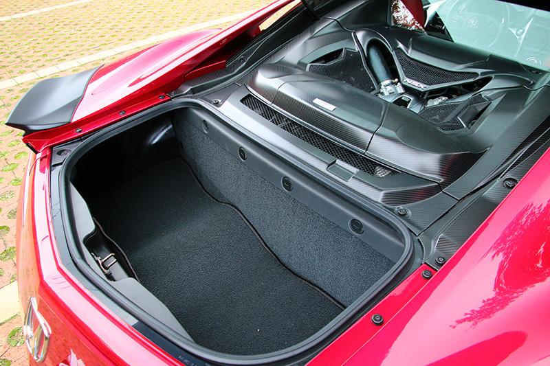 在前艙需要配置冷卻系統與電動馬達下,行李廂與多數中置引擎車款不同,NSX仍保留在車尾,維持基本的實用機能。
