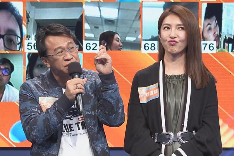 楊謹華(右)為了答題再開金口唱歌,左為游安順