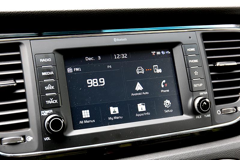 中控螢幕雖為英文介面,但好在操作邏輯及支援Apple Carplay及Android Auto。