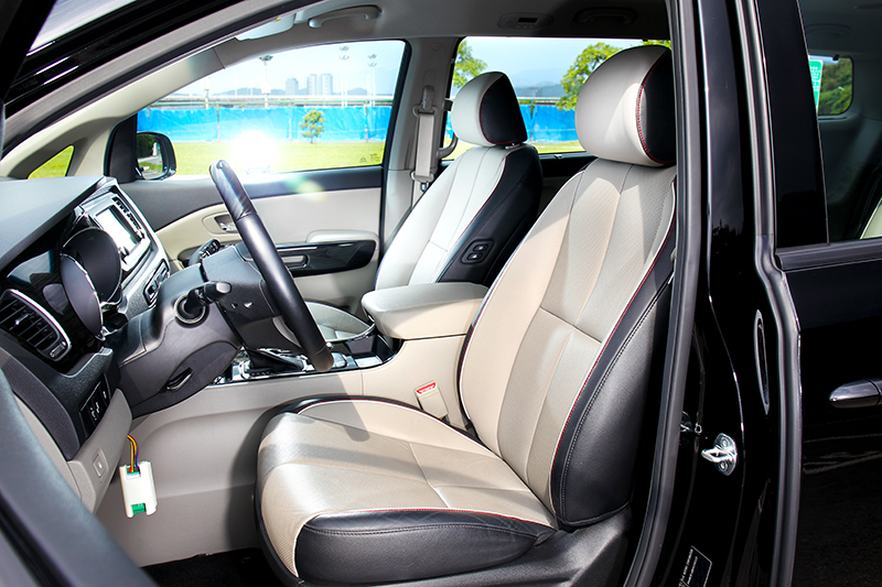 駕駛座具有12向調整,雙前座則有國內不太常用到的加熱功能。