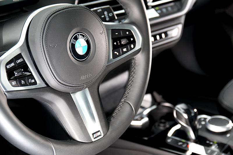 試駕車型有加價9千元選配M款方向盤。