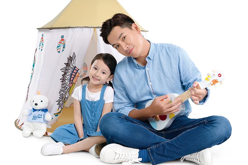 王傳一與女童星拍攝宣傳照片